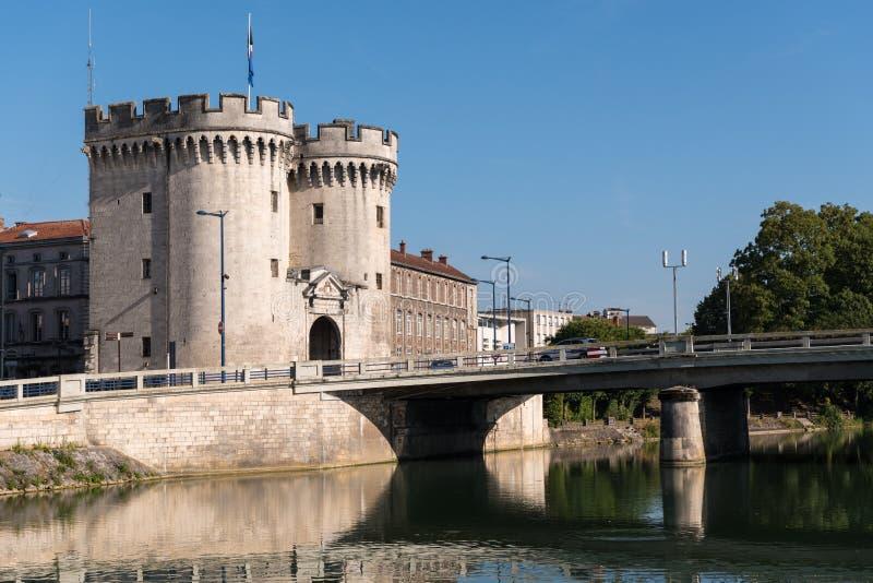 Porte et pont de ville au-dessus de rivière la Meuse à Verdun images libres de droits