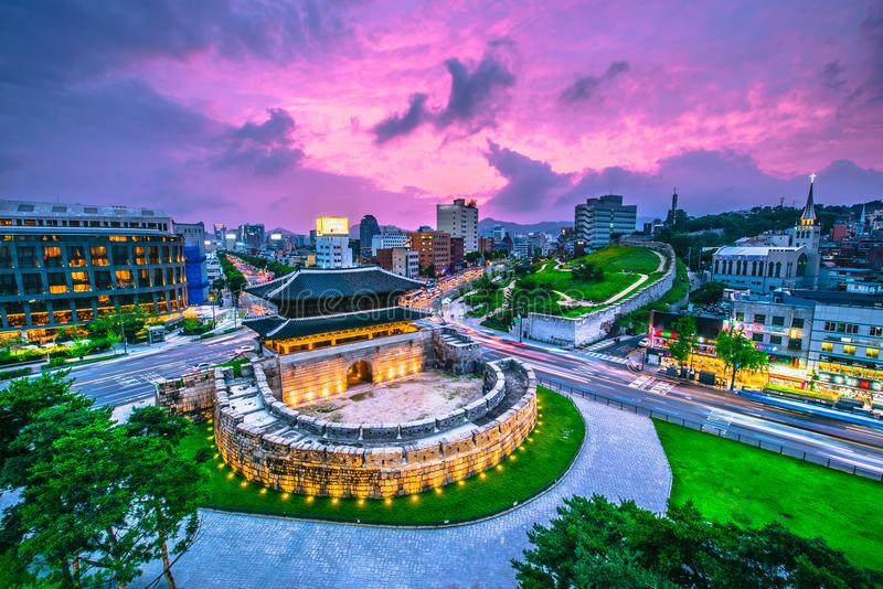 Porte et trafic de Séoul Dongdaemun à Séoul, Corée du Sud images libres de droits