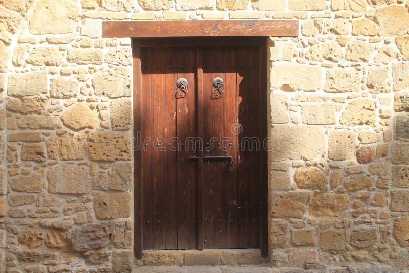Porte ext?rieure en bois dans le mur en pierre photographie stock libre de droits