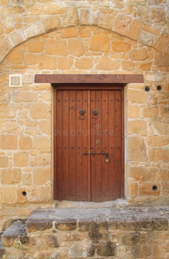 Porte ext?rieure en bois dans le mur en pierre photo stock
