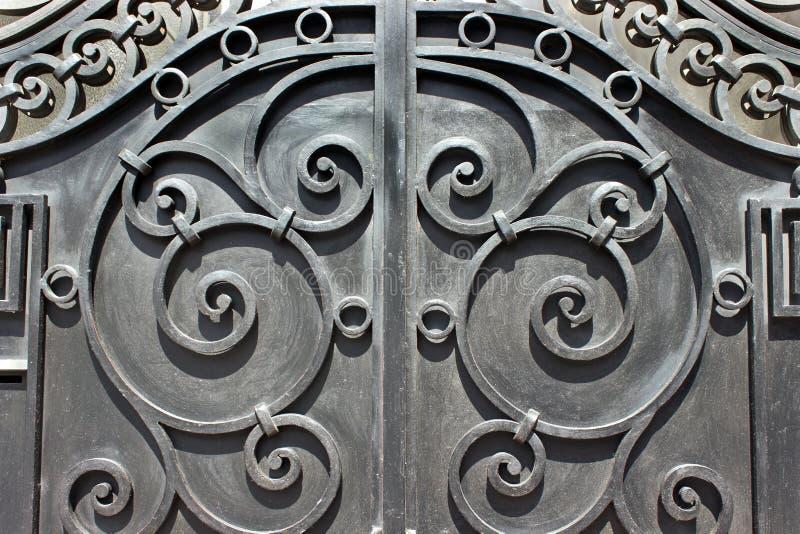 Porte fabriquée à la main de fer travaillé photographie stock