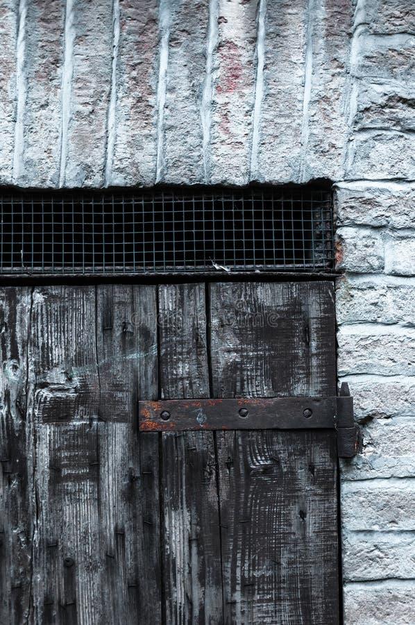 Porte faite de panneaux en bois dans une maison rurale, Italie photos stock