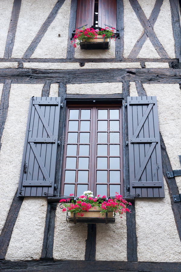 Porte-fenêtre avec des usines dans des récipients photos libres de droits