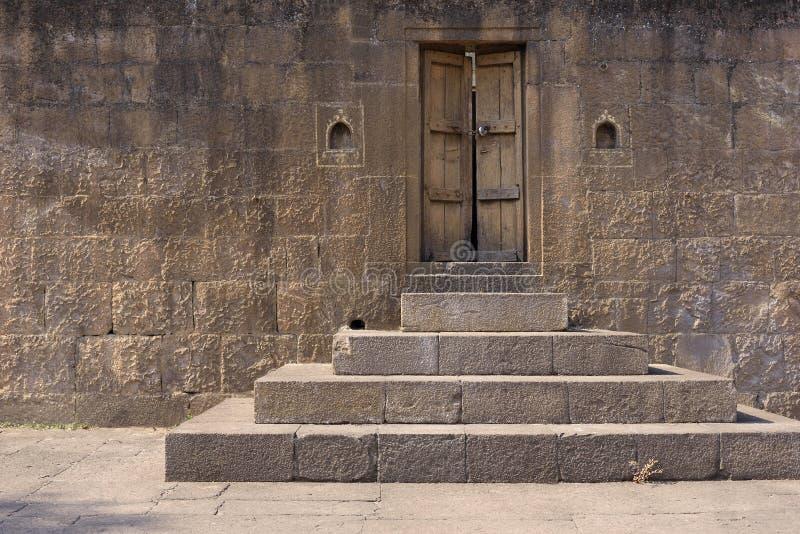 Porte fermée de château antique photographie stock libre de droits