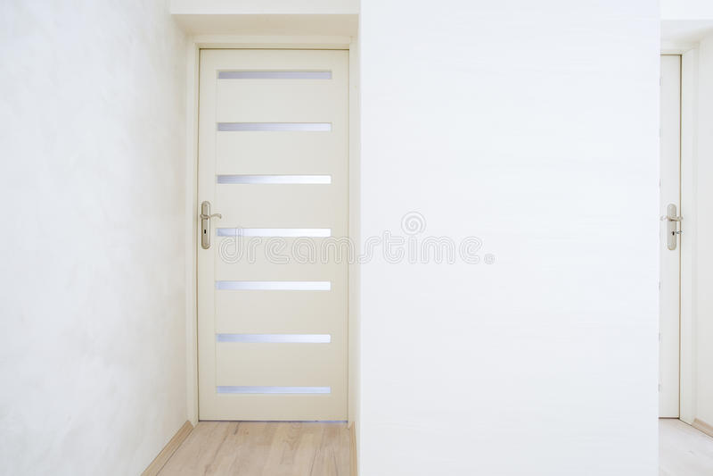 Porte fermée en appartement lumineux images libres de droits