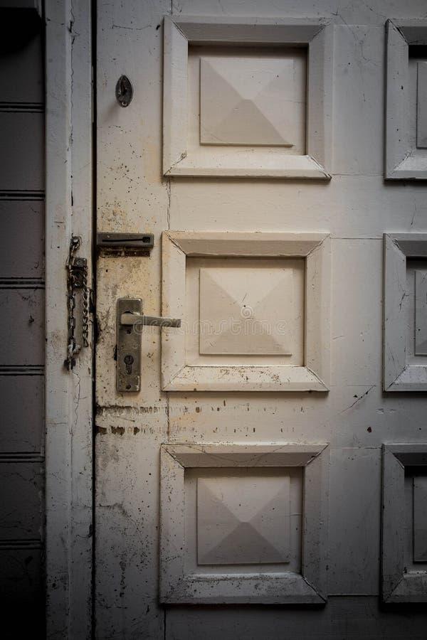Porte fermée mystérieuse, grunge et sombre dans l'environnement photos stock