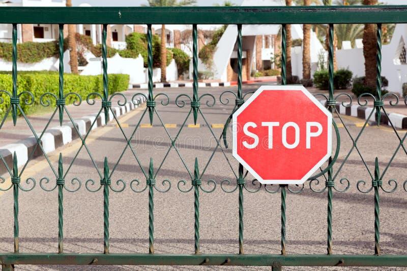 Porte ferm?e avec un signe rouge d'arr?t ? l'entr?e ? l'h?tel images stock