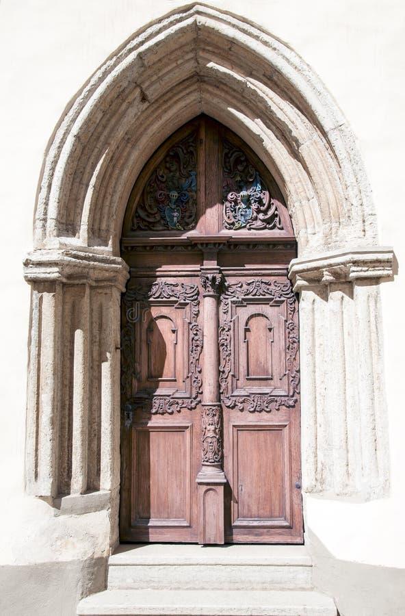 Porte fleurie antique à l'église médiévale image libre de droits