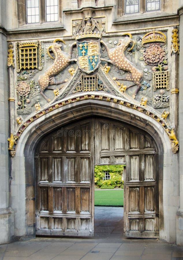 Porte fleurie d'université photographie stock libre de droits
