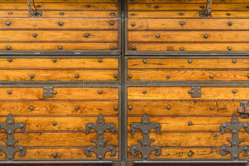 Porte fleurie en bois médiévale photo libre de droits