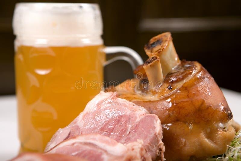 Porte-fusée de porc avec de la bière image stock
