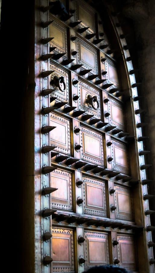 Porte géante au palais Jaipur de ville image stock