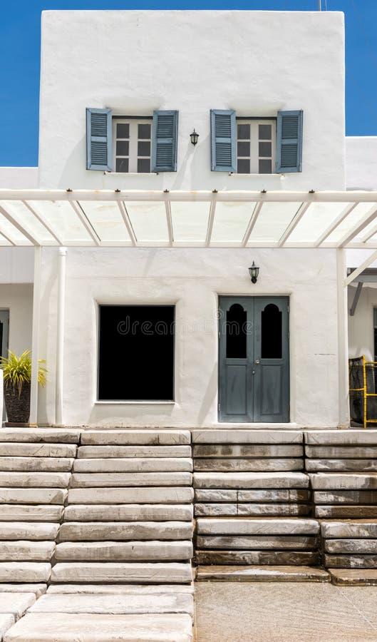 porte grise sur l 39 escalier blanc de mur et de ciment image stock image du bois trappe 34409659. Black Bedroom Furniture Sets. Home Design Ideas