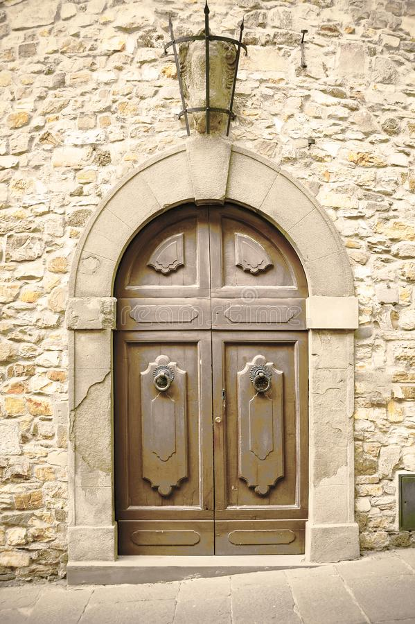 Porte italienne en bois de cru photographie stock