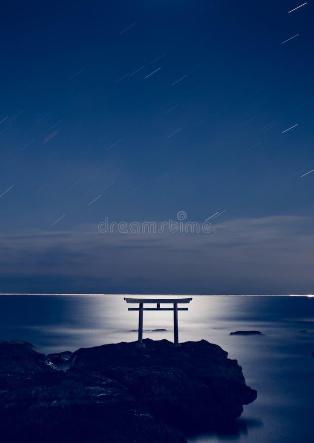 Porte japonaise de shinto en mer photo stock