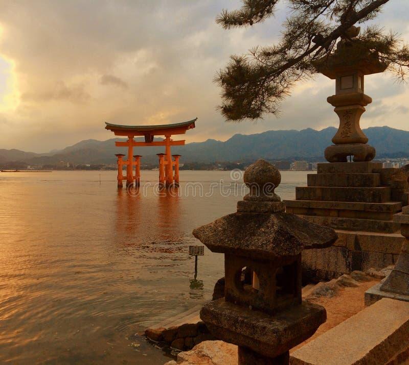 Porte japonaise de Torii à Miyajima au coucher du soleil image stock