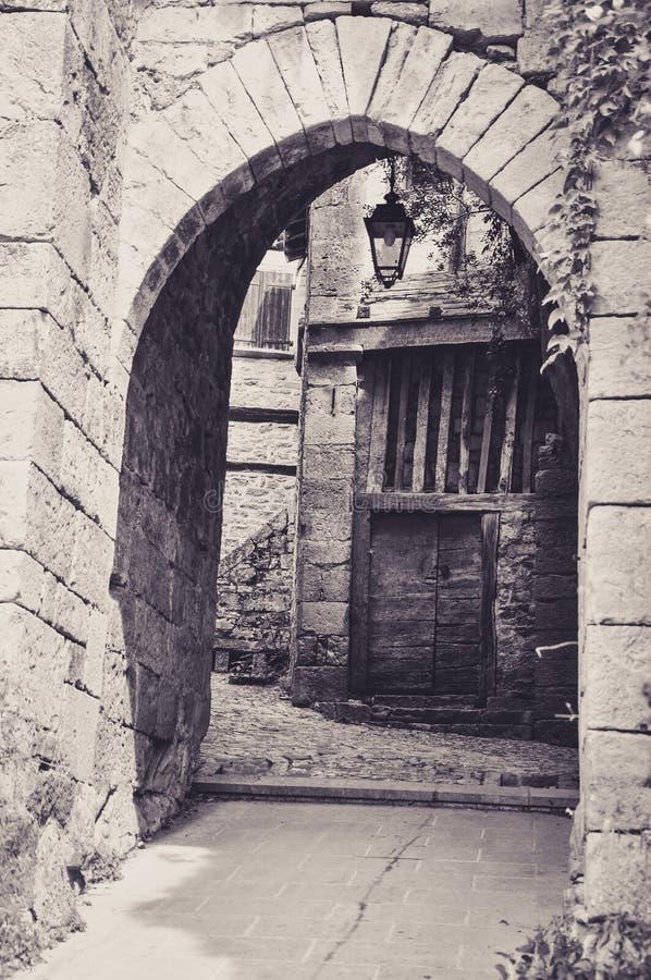 Porte médiévale dans le petit village de Bruniquel images stock