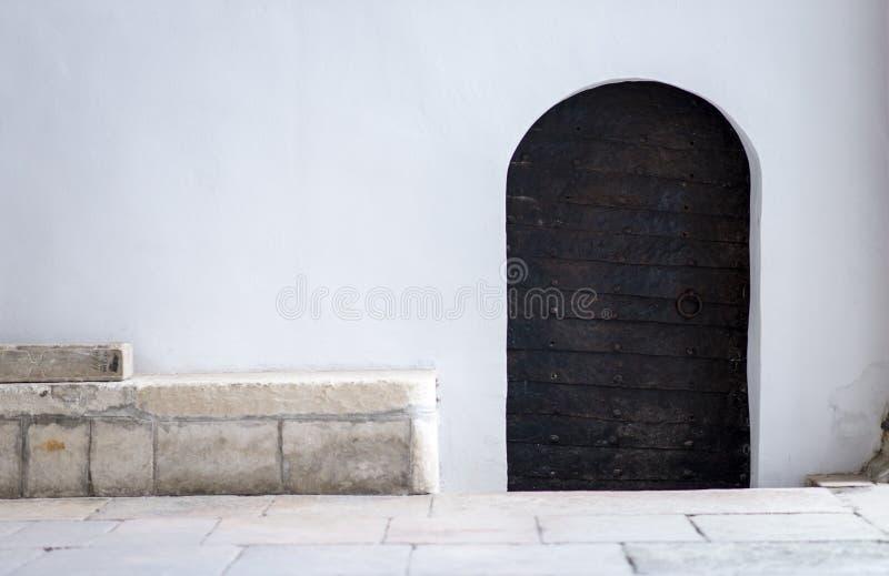 Porte médiévale de fer travaillé photographie stock