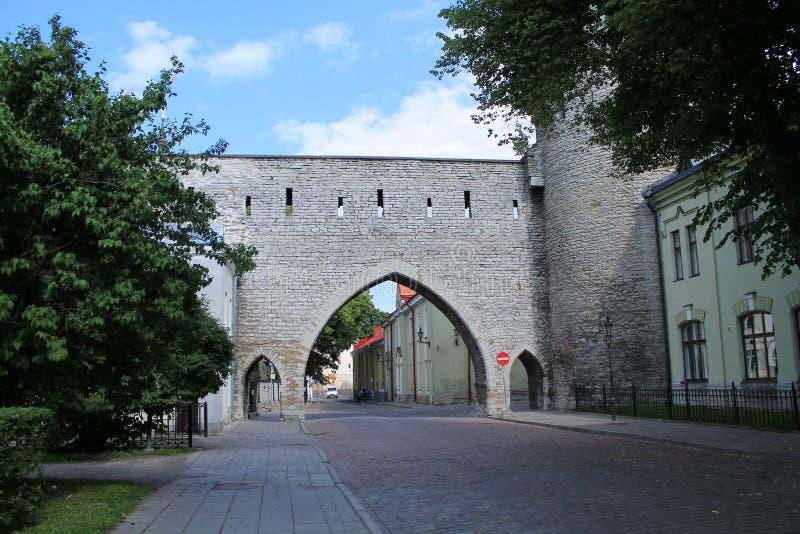 Porte médiévale de la ville Fragment de l'ancien mur de forteresse images libres de droits