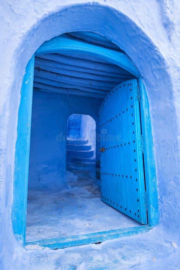 Porte marocaine traditionnelle dans la ville bleue de Chefchaouen au Maroc photographie stock