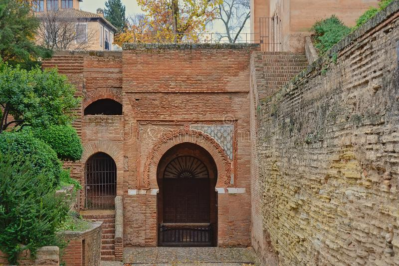 Porte mauresque de voûte en fer à cheval, coordonnée d'Alhambra Palace, Grenade images stock