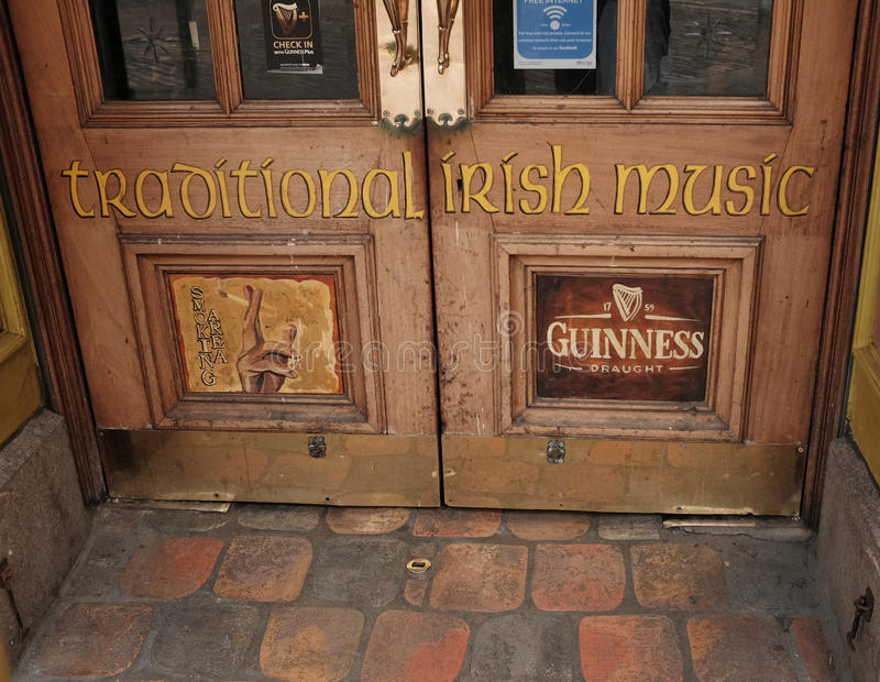 Porte menant dans un bar irlandais traditionnel à Dublin, Irlande photographie stock libre de droits