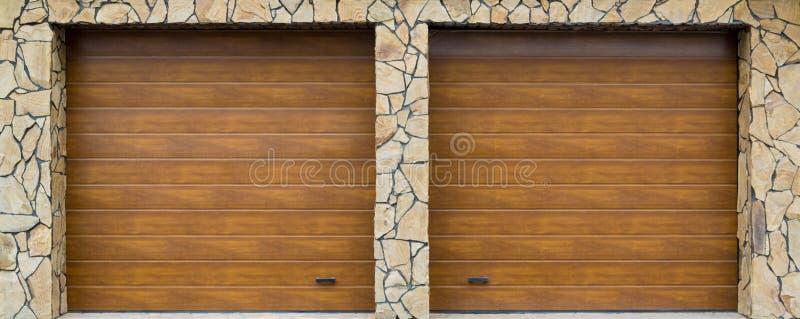 Porte moderne de garage Grand haut automatique et au-dessus de la porte de garage avec l'inclusion d'une plus petite porte person image stock