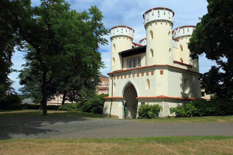 Porte néogothique dans Vlasim photo libre de droits