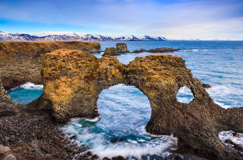Porte naturelle de roche dans Arnarstapi, Islande photo libre de droits