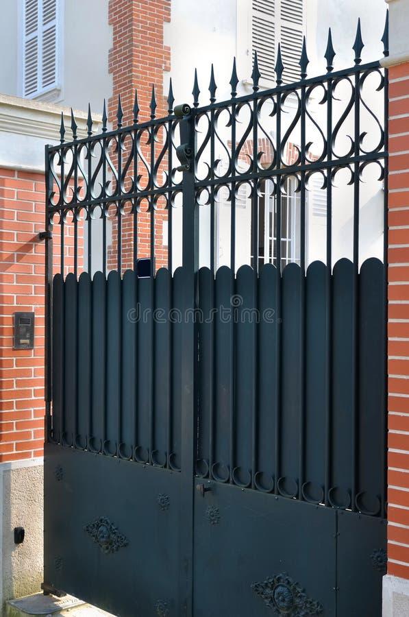 Porte noire en métal photo stock