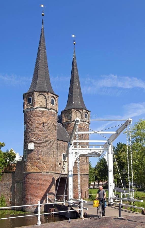 Porte Oostpoort de ville, pont-levis et cycliste à Delft photos libres de droits