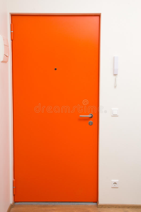 Porte Orange Dappartement Audessus Du Mur Blanc Photo Stock - Porte d appartement