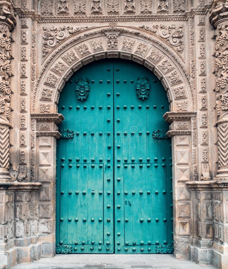 Porte ou entrée à la cathédrale antique de Cajamarca Pérou photo libre de droits