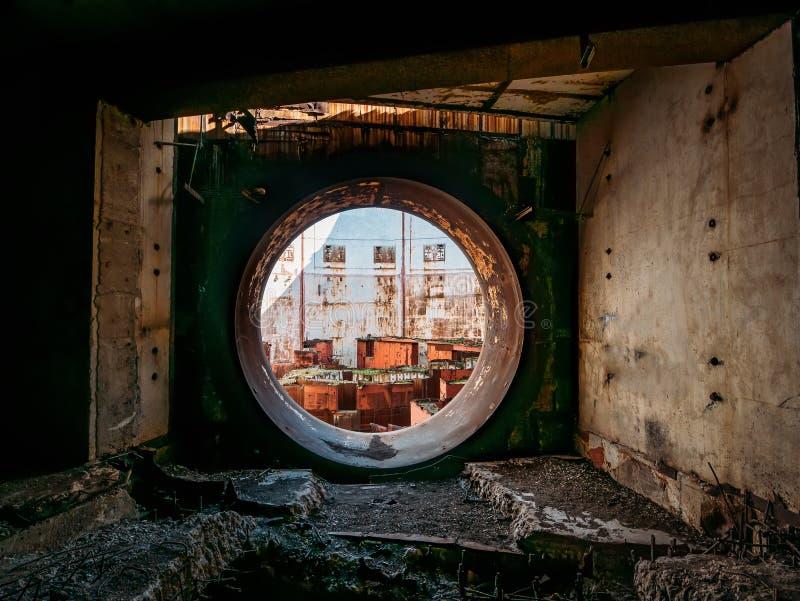Porte ou porte ronde à la pièce nucléaire abandonnée de recteur ou de générateur à la centrale nucléaire criméenne ruinée et détr photo stock