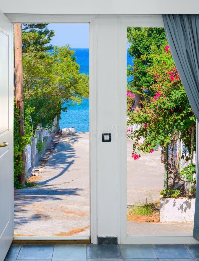 Porte ouverte avec vue sur le pré vert illuminé par le soleil lumineux photos libres de droits