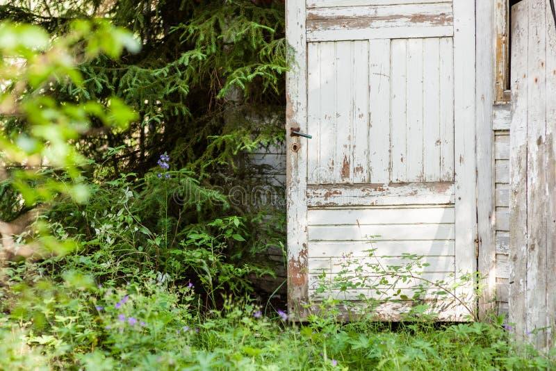 Porte ouverte de maison en bois abandonn e image stock for Porte ouverte maison