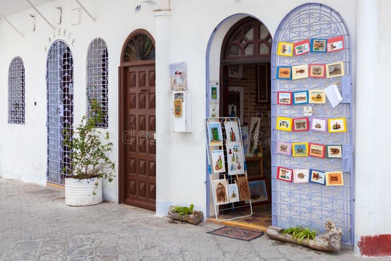 Porte ouverte de petite boutique de souvenirs, Tanger photographie stock libre de droits