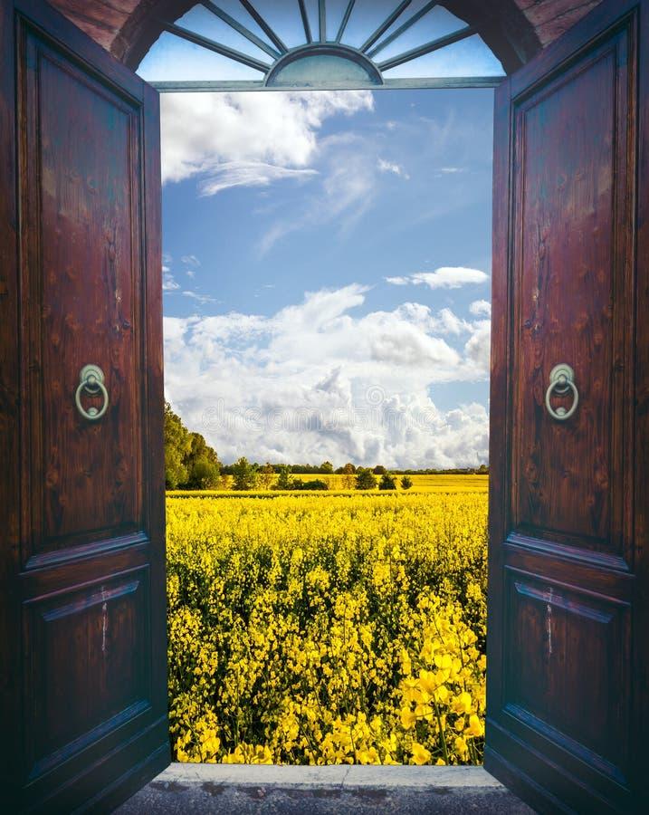 Porte ouverte et paysage photo stock image 59272787 for Fenetre ouverte sur paysage