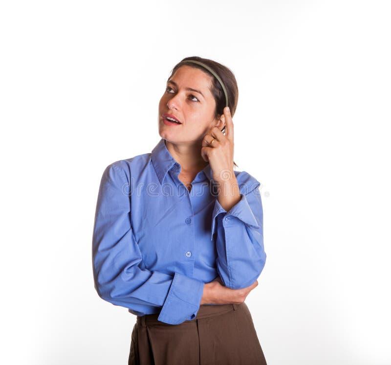 Porte-parole féminin avec le doigt sur la joue photographie stock libre de droits