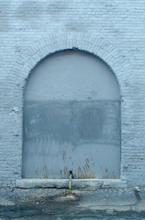 Porte peinte de brique de bleu de ciel photos libres de droits