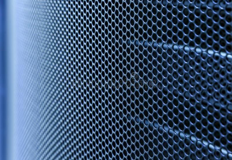 Porte perforée du coffret de support de serveur La clé est insérée dans la serrure de porte Éclairage latéral et DOF peu profond photographie stock