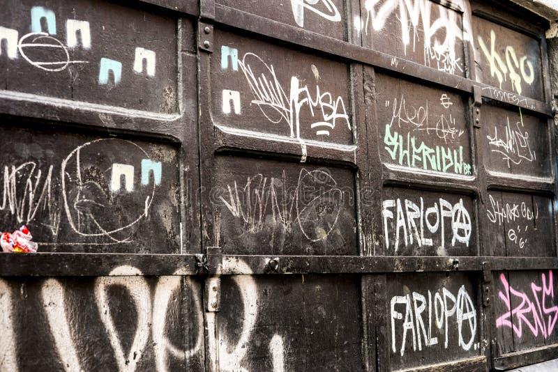 Porte plaquée en métal de graffiti images libres de droits