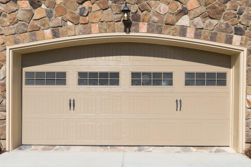Porte résidentielle de garage de maison photos stock