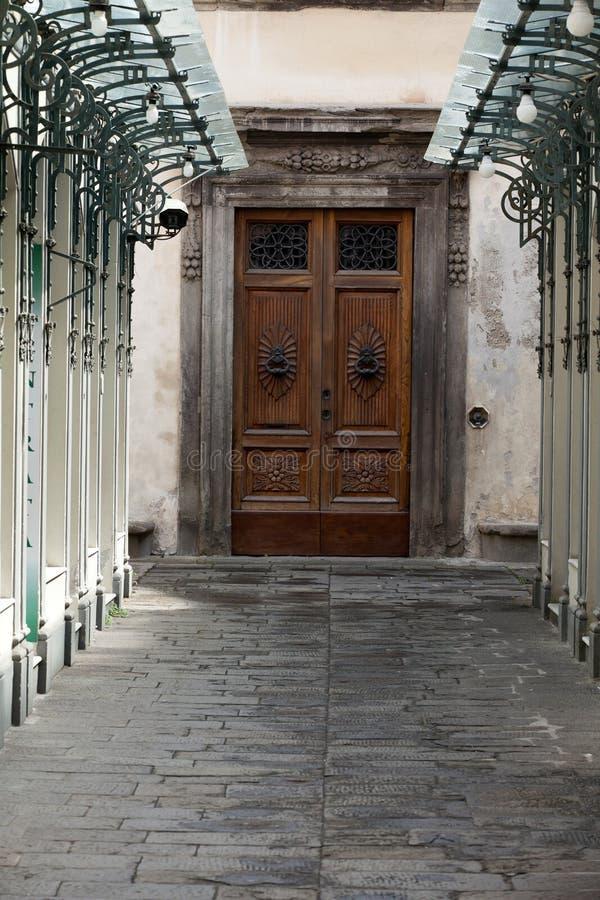 Porte résidentielle en bois photo libre de droits