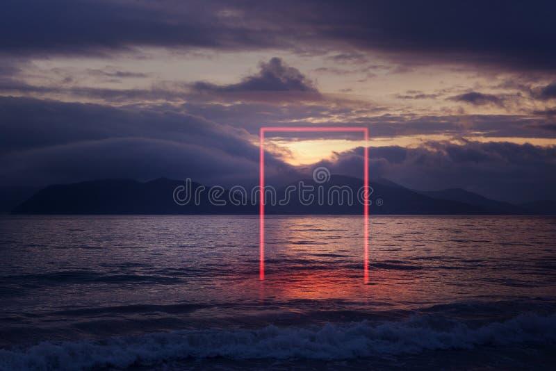 Porte rectangulaire rougeoyante de néon rouge géométrique en mer photo stock