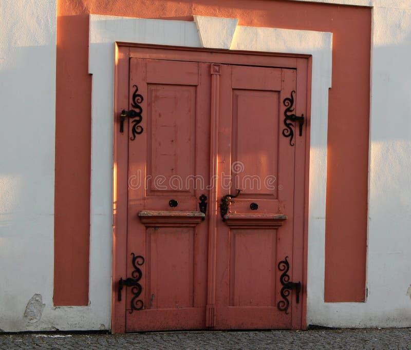 Porte rose avec la ferronnerie photos stock