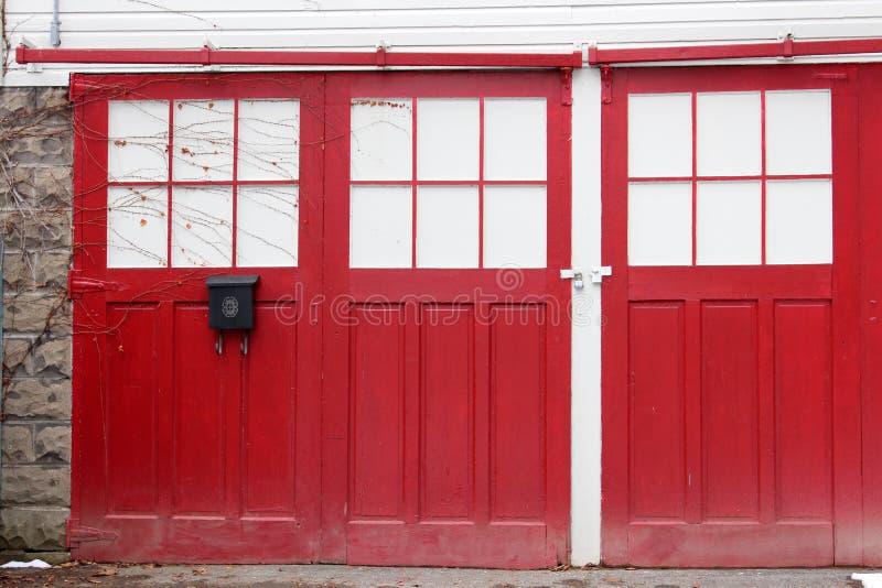 Porte rosse chiuse con le viti di strisciamento fotografia stock