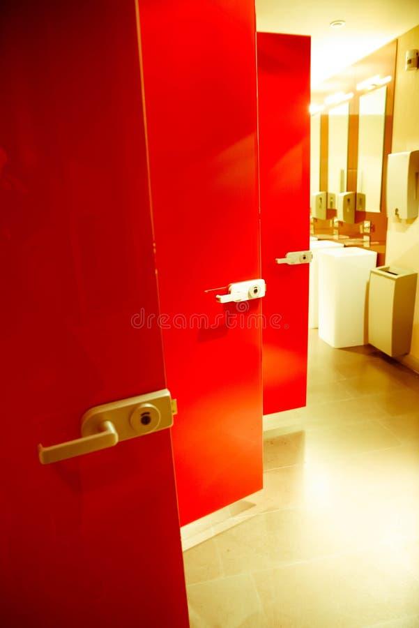 Porte rosse della toilette fotografia stock libera da diritti