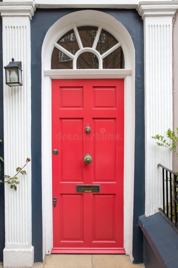 Porte Rouge Dans La Maison Typique De Londres Photo Stock