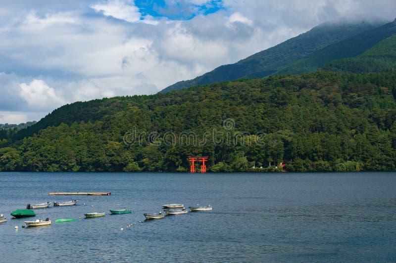 Porte rouge de Torii de tombeau de Hakone sur le lac Hakone photos libres de droits